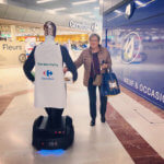 Georges le robot animation commercaile carrefour seduit les dames