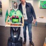 Geroges le robot pose avec Julien Pierre